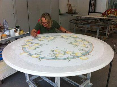 Bild 2:   Aufbringen des Dekors von Hand