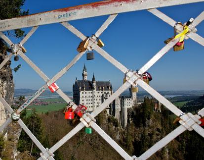 Liebesschloss auf der Marienbrücke mit Blick zum Schloss Neuschwanstein