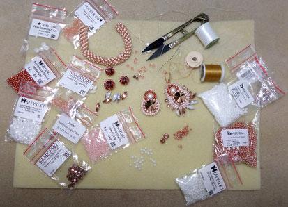 photo montrant le matériel nécessair epour le travail de broderie et tissage de perles pour la création de bijoux
