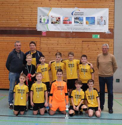 Manfred Henselmann, Vertriebsleiter der Stadtwerke Sigmaringen, übergibt die Preise an die D-Jugendspieler