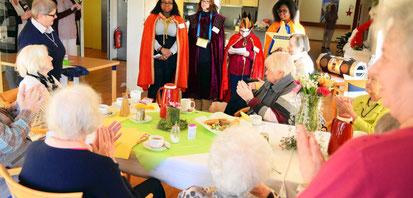 Die Sternsinger aus Christus König besuchten mit Sr. Martina Paul das AWO-Seniorenzentrum Karl-Jarres-Str. (WAZ-Foto: Lars Fröhlich)