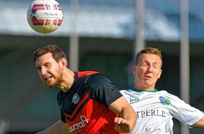 Viernheims Kai Engel (rechts) im Luftkampf mit Christoph Rehberger. Am Ende hatte der Spieler der SG Heidelberg-Kirchheim mit seinem Team das bessere Ende für sich.