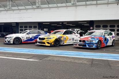 Die Boliden von links: BMW M4 GT von Florian Wolf und Arne Hoffmeister, der BMW M240GTR von Christian Kranenberg und der BMW 318ti von Christian Leutheuser