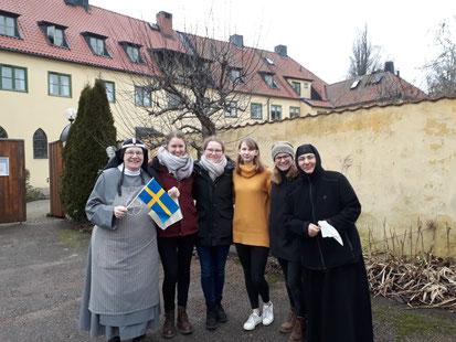 Sofia (2.v.r) mit den Schwestern und Mitpraktikantinnen