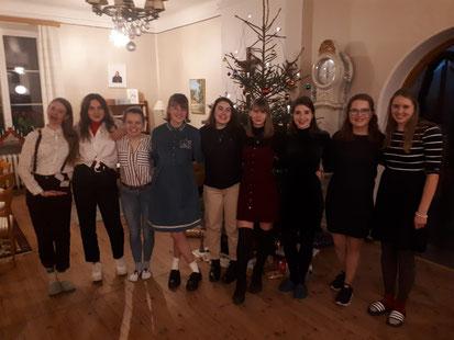 Friederike (2.v.r.) zu Heiligabend mit einigen Mit-Praktikanten in Vadstena