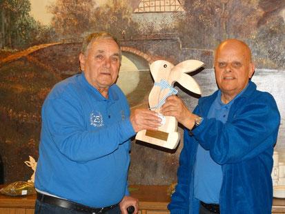 Erwin Münz (links) bekommt den Osterwanderpokal von Hans-Wilhelm Jakob überreicht.