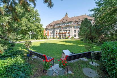 """Ein Ort zum Verweilen: """"Zwei Original-Sitzbänke der Rhätischen Bahn, ausgestattet mit einer Bücherbox , in der Parkanlage"""".  (Foto Marco Hartmann)"""