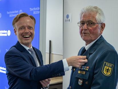 Präsident Jan Metzler ehrt Günther Seekatz mit der Ehrennadel in Gold