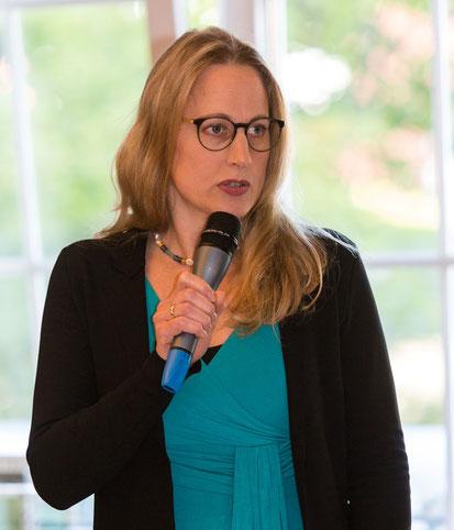 Anna Kebschull mit Mikrofon