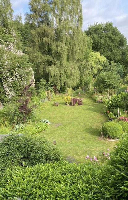 Ansicht des parkähnlichen Gartens im Frühsommer