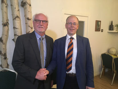 CDU-Ortsvorsitzender Martin Beyer (li.) gratuliert Bürgermeister Dr. Hans G. Oberlack