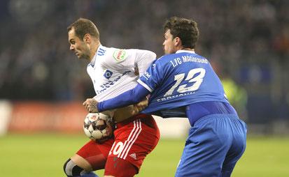 Packender Zweikampf: Pierre Lasogga (HSV) gegen Dennis Erdmann - Foto: BS