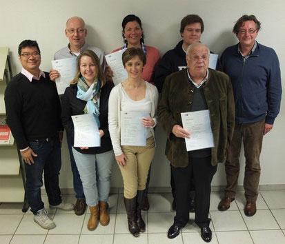 Erfolgreich bestanden: Die Absolventen mit ihren Trainern Heiko Frerichs und Herbert Hofmann. Foto: Wirtschaftsakademie Schleswig-Holstein