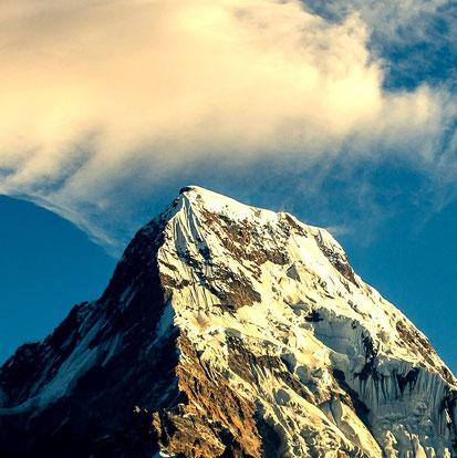 Erleuchtung hat die Reinheit von Schnee auf einem unberührten Berggipfel