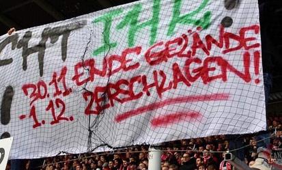 """Banner """"Knus Ende Gelände"""", fra foldboldfanklubben """"Energie Cottbus"""" - fra den tyske 'regionalliga Nordost'"""