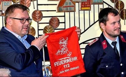 Stoffbeutel für die Kinderfeuerwehr hat René Schernikau beim Jahresabschluss an Gemeindejugendwart Christoph Garlip überreicht. Fotos: D. Bandau
