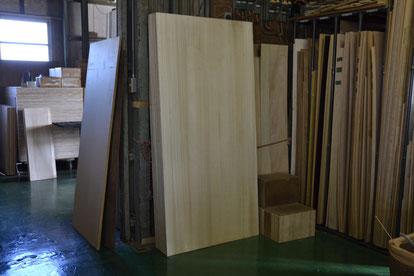 組子ベッドのフレームに使われる2Mの桐の柾目材です。