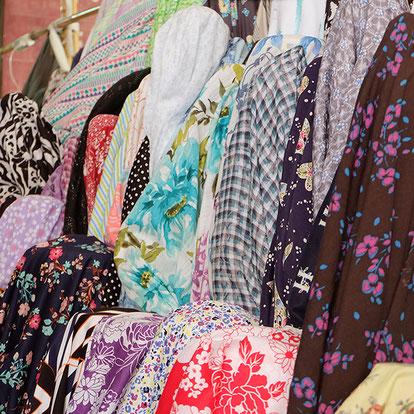 女性の洋服生地。カンボジアでは鮮やかな色が人気。