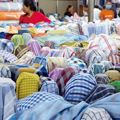 布を売るマーケット。ワイシャツ用のたくさんの布。