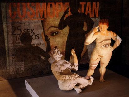 zwei üppige Frauenfiguren auf die Dias mit Modefotos und Inserate von Diätprogrammen projiziert werden