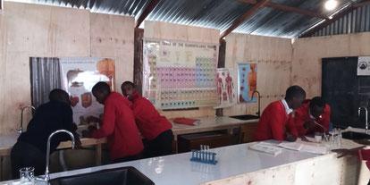 Alumnos realizando prácticas en el nuevo laboratorio