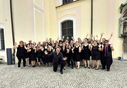 """Gruppenfoto vom UGC mit erhobenen """"Praise Hands"""" vor der Ev. Stadtkirche Sankt Nikolai in Forst"""