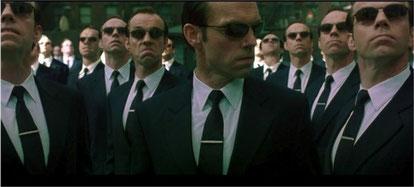 Exemple de support organique prédateur : l'agent Smith et ses répliques dans le film Matrix (1999) de Lana et Andy Wachowski