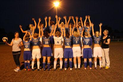 Body painting einer Damen Fußball-Mannschaft