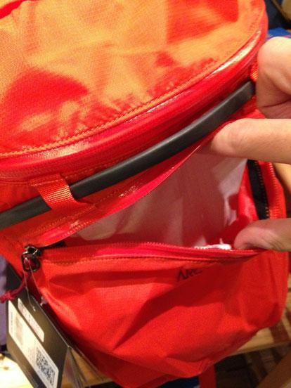 フロントポケットがあって便利。