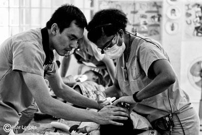 Gros travail d'équipe entre le Dr Brian et le Dr Alex femme.