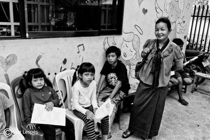 Voici la fameuse super Tha et ces petits enfants, qu'elle élève, histoire dur, mais ce bout de femme garde toujours le sourire, un petit ange de bonne femme