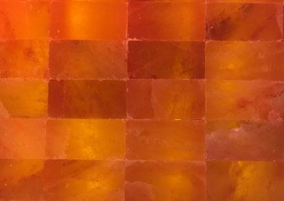 Der üblichste ist der Salzstein in Orange. Auch diese werden natürlich mit LED Bänder Lichtdurchflutet.