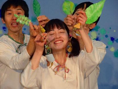 葉っぱで遊ぶ三人の役者
