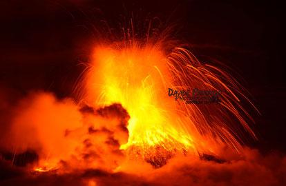 Grossa bolla di gas e bolo di vapore dalla Valle del Bove, prodotto dal lahar. Foto ripresa da Davide Caudullo