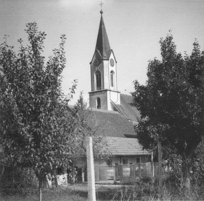Ein Schweinestall so nahe bei der Kirche. Das würde heute wohl kaum mehr toleriert. (ca. 1950)