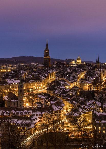 Nydeggkirche links unten, das Münster in der Mitte und das hell beleuchtet Bundeshaus rechts davon