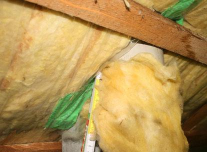 Der Dampfsperranschluss an eine Rohrdurchdringung war nicht luftdicht ausgebildet.