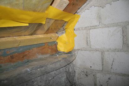 Mangelhafter Anschluss einer Dampfsperre an ein Mauerwerk.