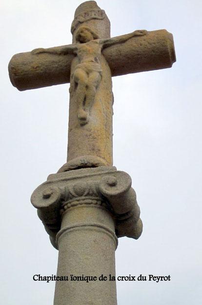 Chapiteau de la Croix du Peyrot qui porte sur une face la statue de St Jean Baptiste et sur l'autre celle de St Roch.