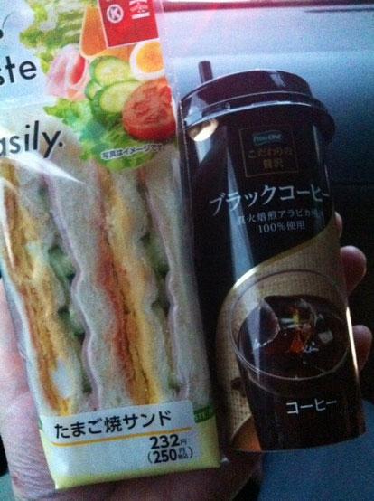 月曜日(昨日):たまご焼きサンド+ブラックコーヒー(車中)