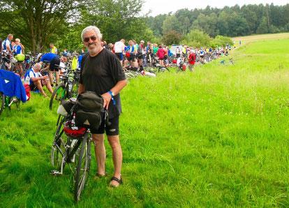 Claus am Rande einer Wasser-Pause in freier Landschaft