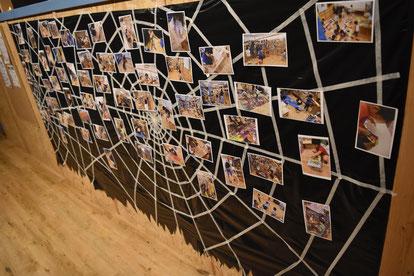巨大クモの巣には、みんなの制作風景写真がたくさんくっついています。