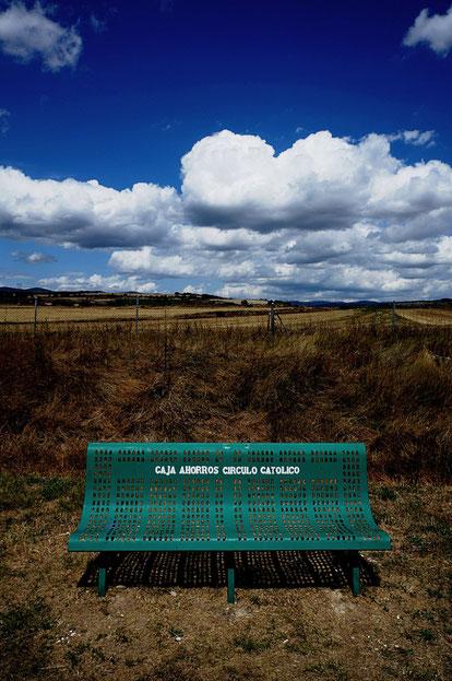 Mathieu Guillochon photographe, sur la route, autoroute, couleurs, station service, banc, ciel, nuages, espagne