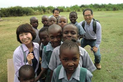 ケニアの子供達と濱野先生(長崎大熱研)、由井先生(長崎大医)、尾関助教。
