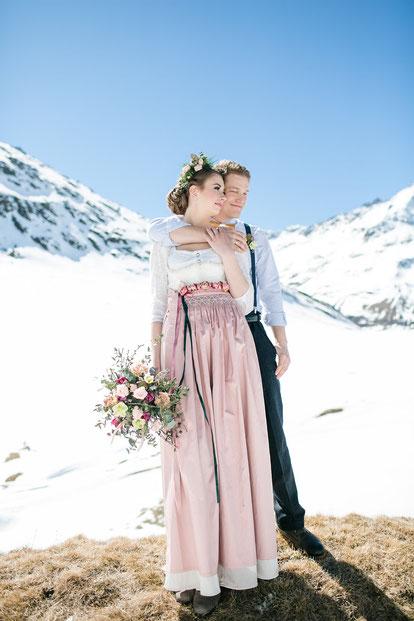 Dirndl, Brautdirndl, Hochzeitsdirndl lang in Weiß und Altrosa mit gestiftelter Schürze aus Seide Obergurgl Brautpaar