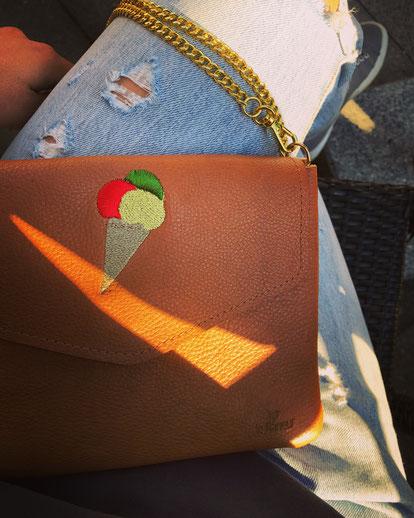 Kleine Handtasche bestickt mit Eis