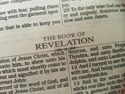 Le nombre 7 revient à de nombreuses reprises dans le premier chapitre de l'Apocalypse. 7 églises, 7 étoiles dans la main droite de Jésus, 7 anges, 7 chandeliers.