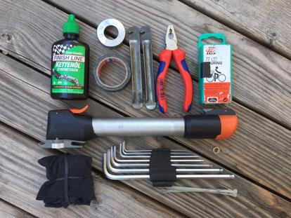Kettenöl, Nippelspanner, Gewebeklebeband, Reifenheber, Kombizange, Flickzeug, Putzlappen, Inbusschlüssel, Kabelbinder