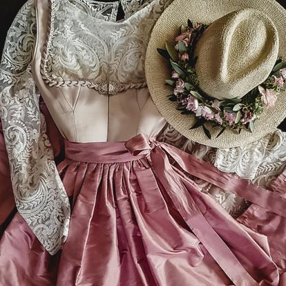Dirndl, Brautdirndl, Hochzeitsdirndl lang in der Farbe Muschel aus Satin und Boho Spitze im Rock mit Seidenschürze in Altrosa Vintage Stil Spitzenbluse