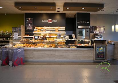 Bäckereieinrichtung K&U Backkultur in Aldingen, Ladenbau für Bäckerrei, Einrichtung für Bäckerei mit Kaffee in hellen Holzdekor, indivduelle Ladeneinrichtung für Bäckerei,
